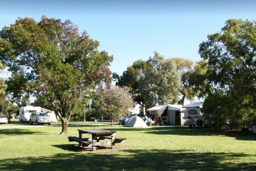 j - Moulamein Lakeside Caravan Park