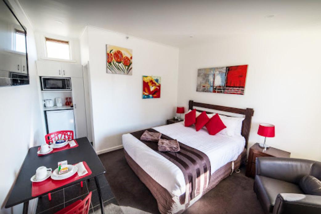 i - White Lion Hotel Motel