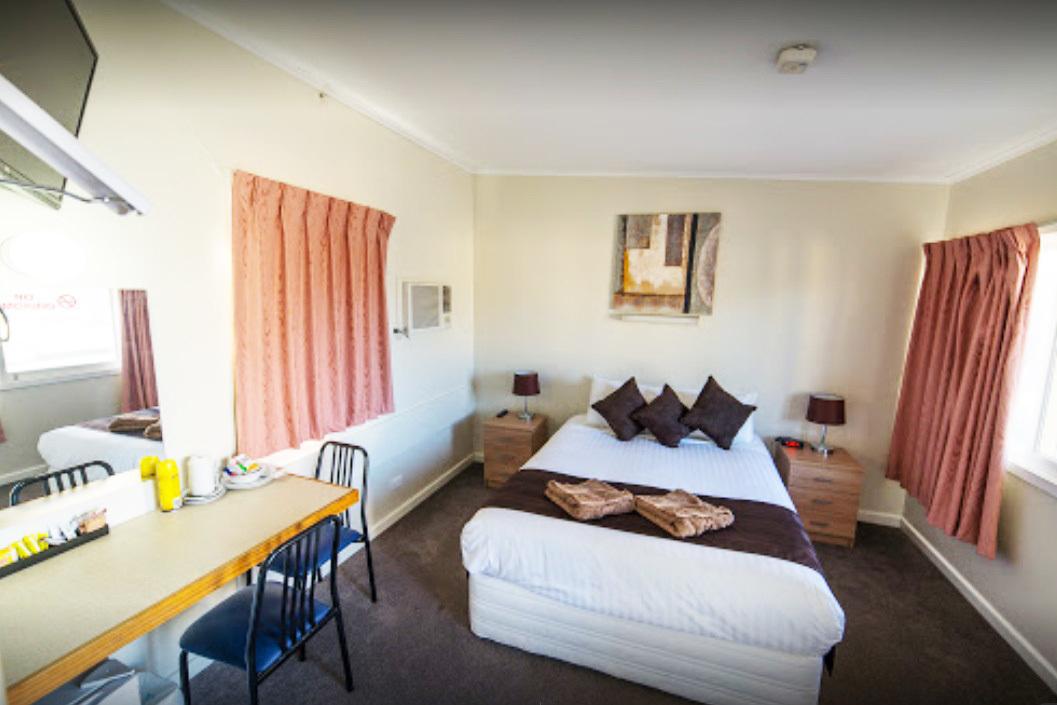j - White Lion Hotel Motel