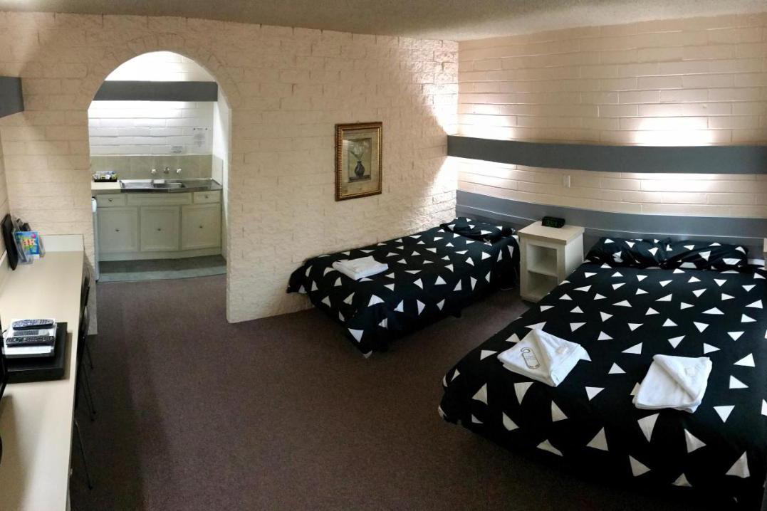 b - Mahogany Motel
