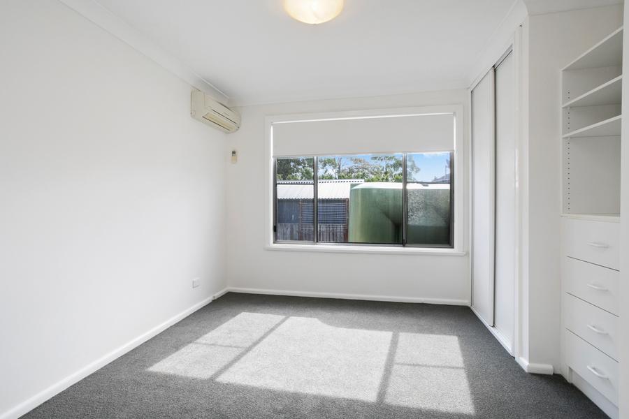 Main bedroom w/ Built Ins